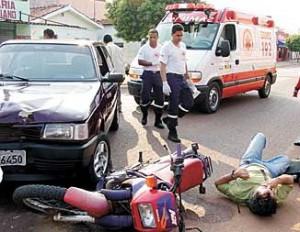 Samu chega para socorrer vitima - acidente com moto - 28-09-05 - cor
